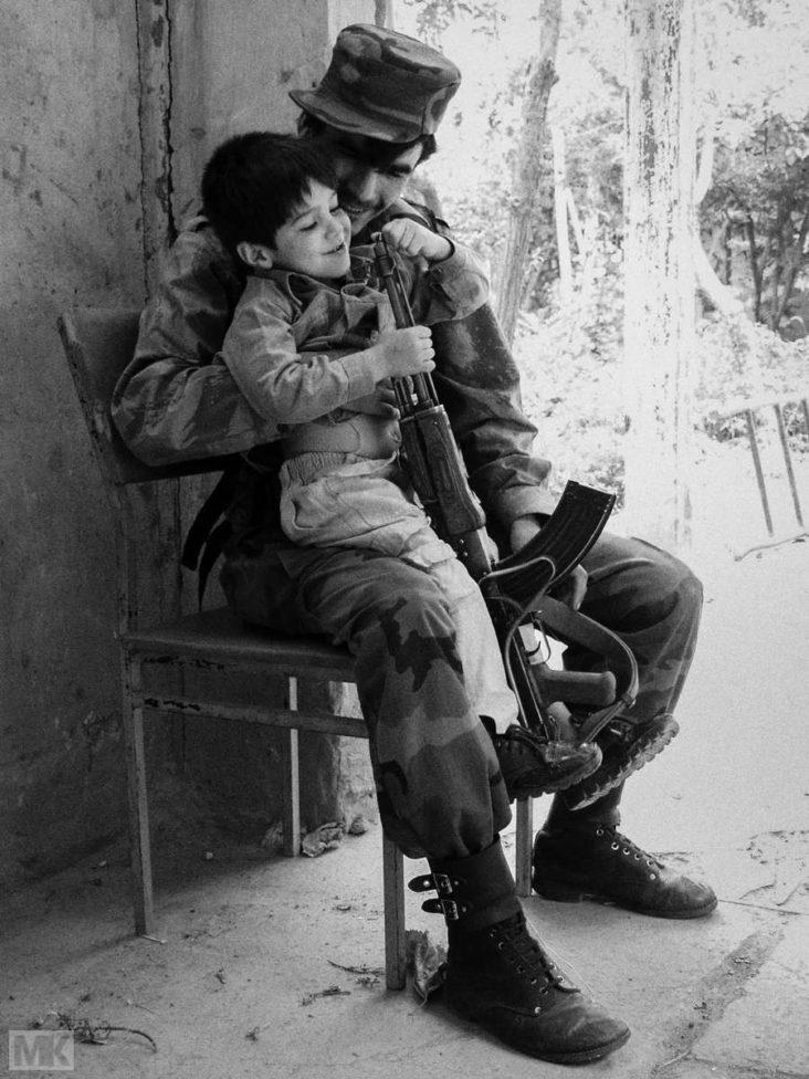 Vater und Sohn. Ein Bild aus Kabul im Jahr 2002. Damals war die Situation dort alles andere als gut, aber doch weit besser als heute. Die Hoffnung auf Frieden hat sich nicht erfüllt.